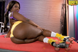 Bubble butt ebony babe with thick thighs